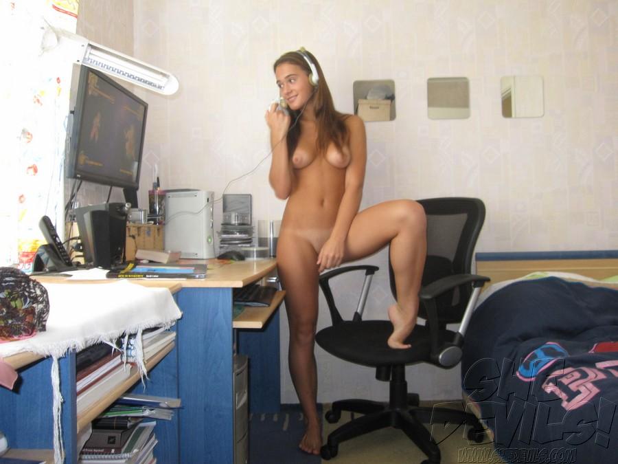 Naked Teen Gamer Girl Selfshots
